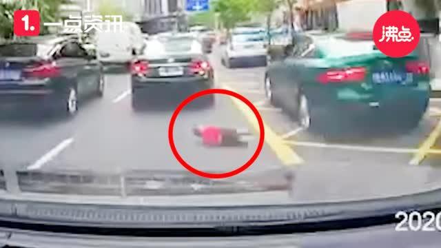 老人带娃双手提东西 男童跑过马路被撞发出巨响