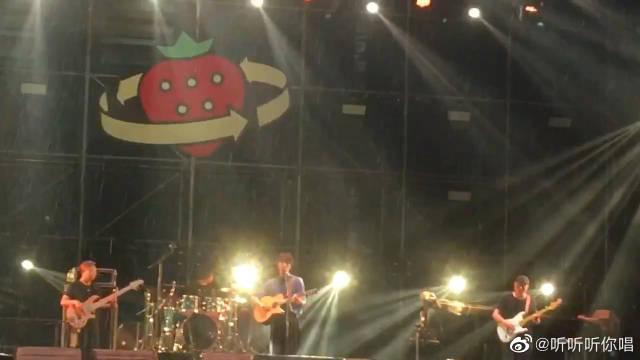 30岁的陈鸿宇唱《理想三旬》 2019长沙草莓音乐节现场