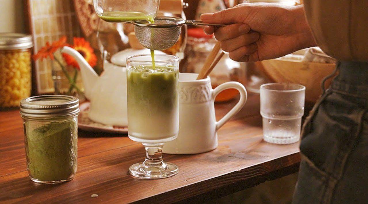 一个人时的9款治愈饮品:香蕉豆浆、焦糖拿铁、抹茶拿铁、草莓牛奶、冰可可、花生酱咖啡、芒果牛奶