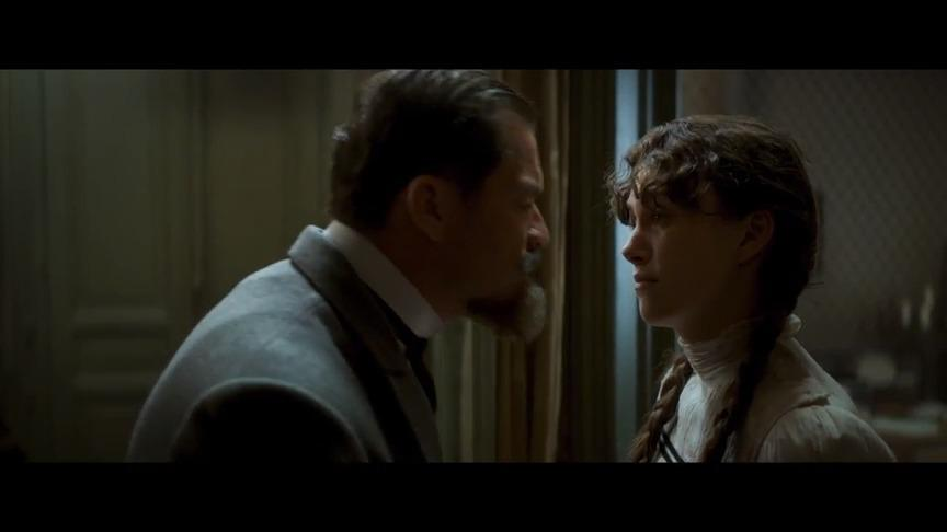 OMG!凯拉·奈特莉与Eleanor上演姬吻!