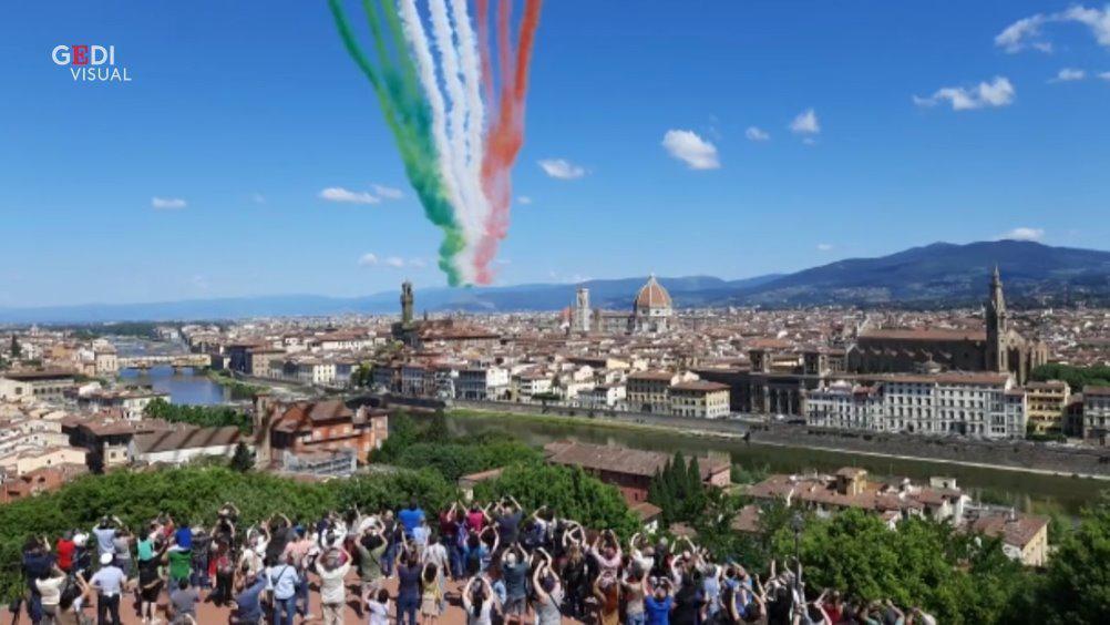 5月26日意大利三色箭飞跃佛罗伦萨 看到米开朗基罗广场上的人群……