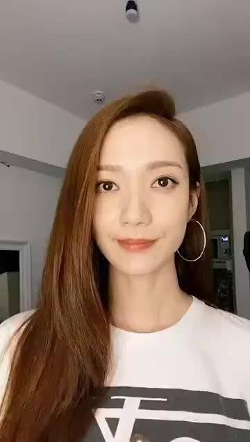 香港TVB艺人王君馨为许佳琪青春有你2总决赛打call……
