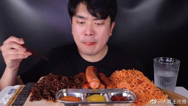 帅哥今天吃两种面和香肠~看起来还是挺辣的啊!