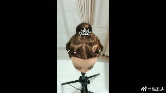 漂亮的小公主发型来了,超级漂亮,而且还简单哦