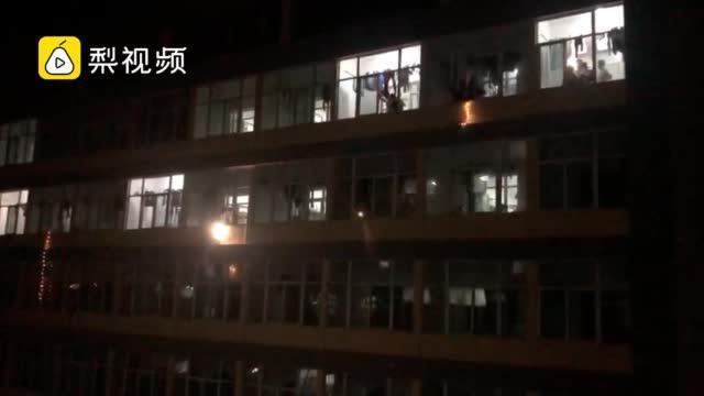 离校前一晚男女宿舍楼隔空对唱告别……