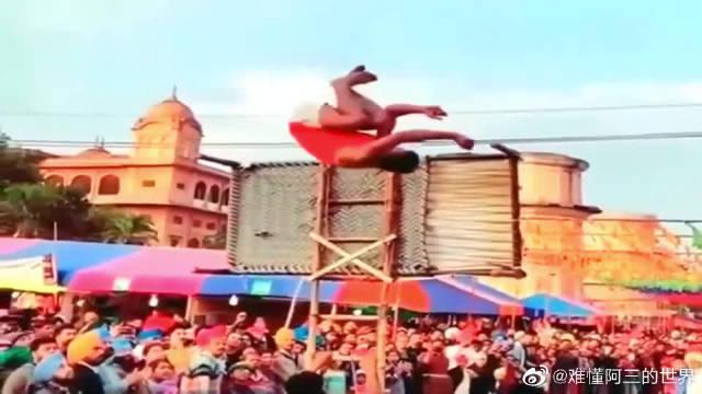 印度农村街头杂技表演,高手在民间啊!