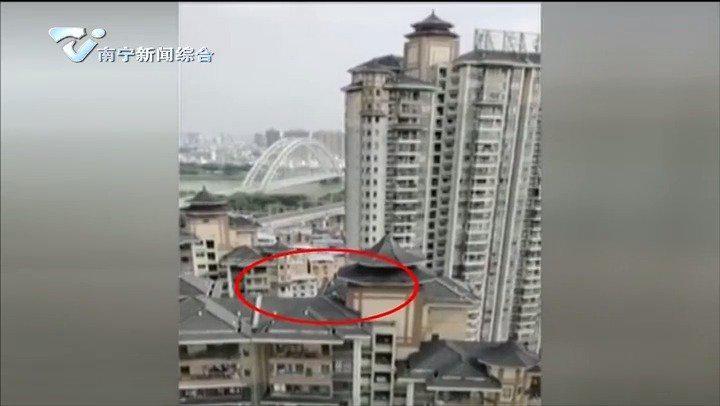 """""""熊孩子""""18楼楼顶玩耍 居民看到心惊惊"""