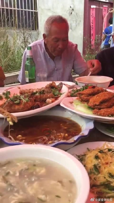 吃酒席就要和大爷坐一桌,硬菜他们根本吃不动!你们记住了吗?