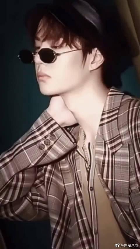 王一博:大家好我是一博,一博戴眼镜帅呆了,谢谢!