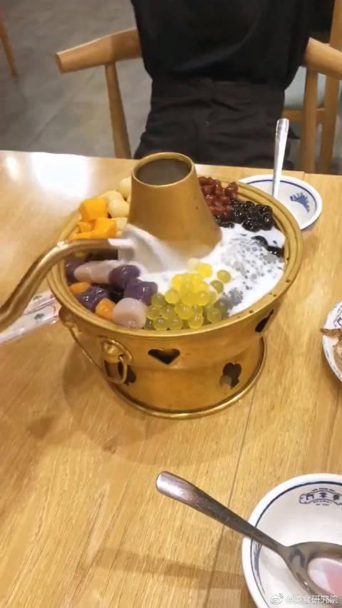 涮羊肉的铜火锅,却被老板用来煮奶茶!浇热水会冒烟是咋回事啊?