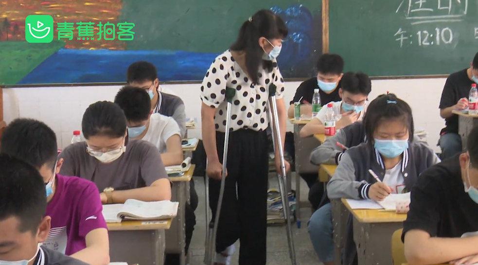 高三老师坐轮椅拄双拐坚持上课 : 不喝水不上厕所 也要陪学生冲刺