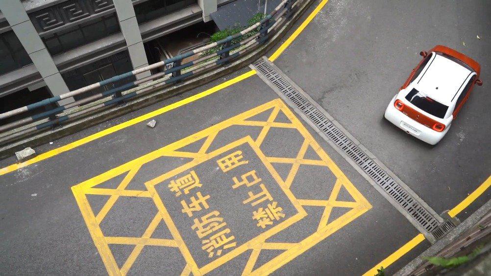 呆萌的设计 满足三四人乘坐的空间 足够日常通勤的续航 R1简直就
