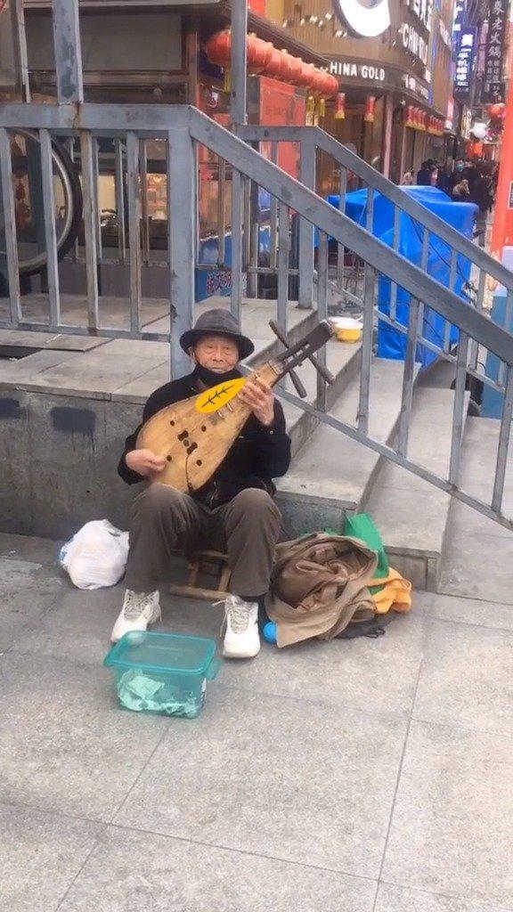 商贸天桥下新来了一位琵琶大爷……