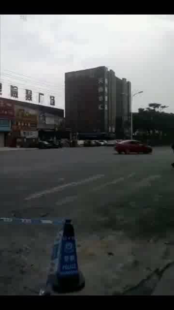 半裸男开车漂移 民警两车夹击将其拿下!