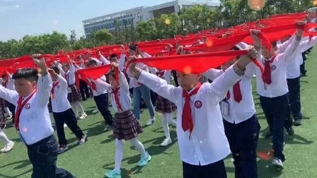 给一年级的小学生戴红领巾