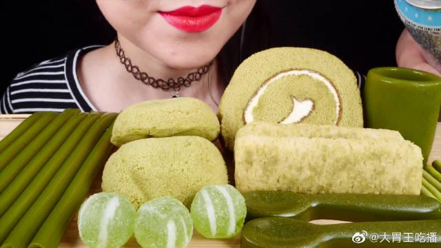 今天吃抹茶系列的甜品:火柴果冻面、果冻杯、奶油蛋糕和叫不上名字的美食!