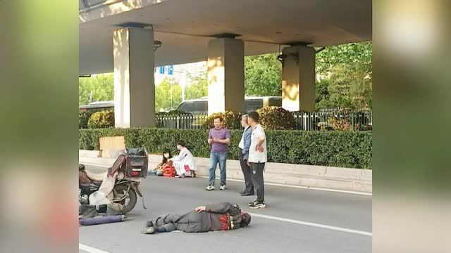 """路遇车祸,青岛两学霸上演""""教科书""""式急救"""