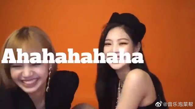 """成员LISA、JENNIE拍摄杂志 结果成了""""对脸赌笑"""" 想问问你俩准备"""
