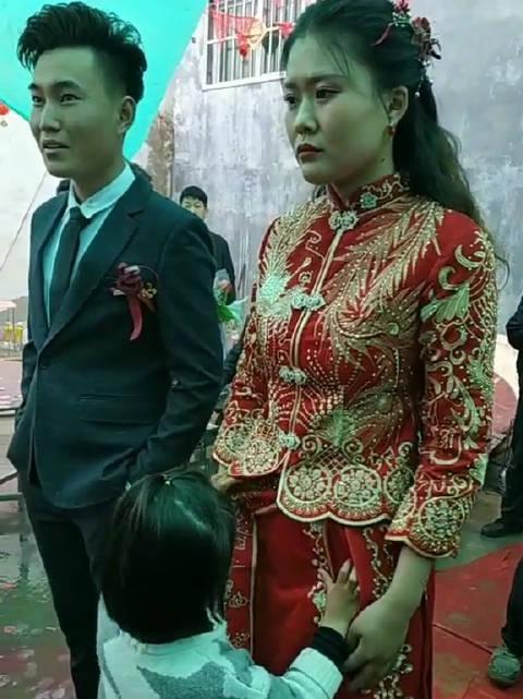 新娘紧皱的双眉里,透漏出一种对未来未知的迷茫和担忧……