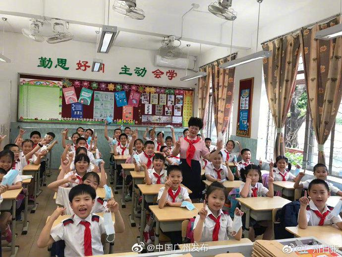 今起,广州多区中小学校园内脱口罩图片
