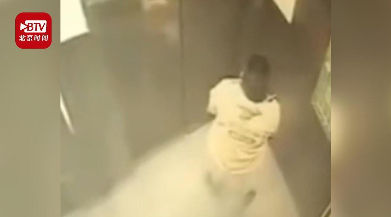 监拍!福州一外卖骑手送餐时在电梯里撒尿 平台:已处罚和警告