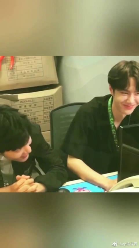 我也不知道王一博和肖战在相互笑些什么但是博君一笑好甜啊