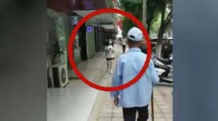 八旬老人街头猥亵过路女学生警方通报:已满70周岁不予行政拘留
