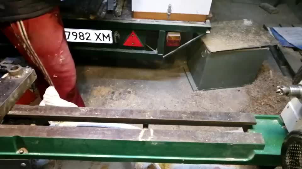 一截桦木,经过车床加工变成蜂蜜罐,用微波炉干燥……