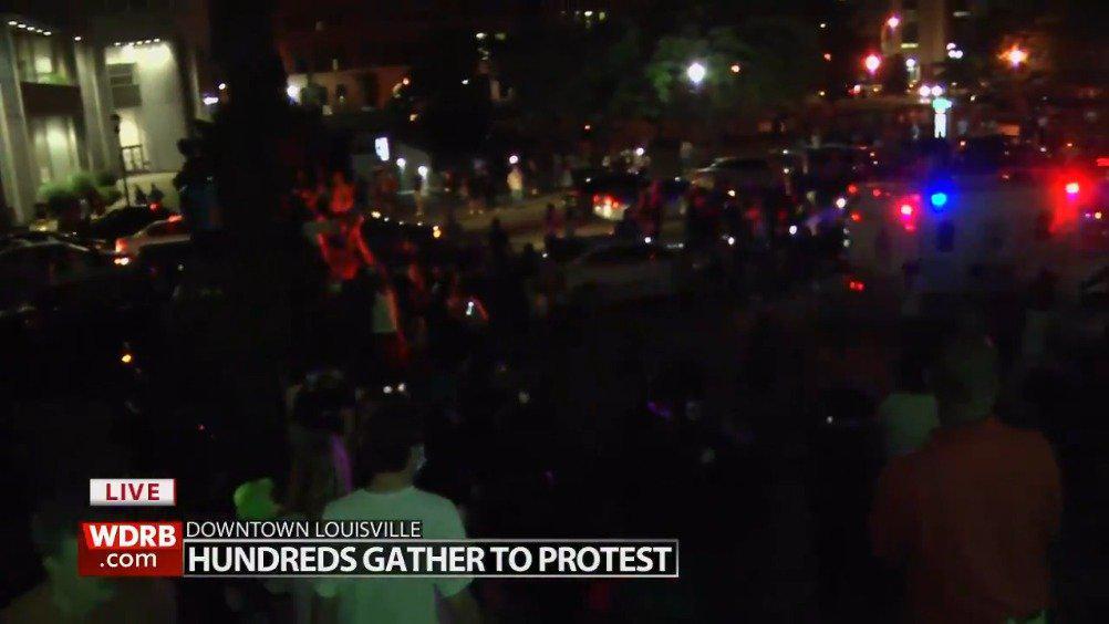 示威活动蔓延至美国各地,肯塔基州的抗议现场突然传出枪声……