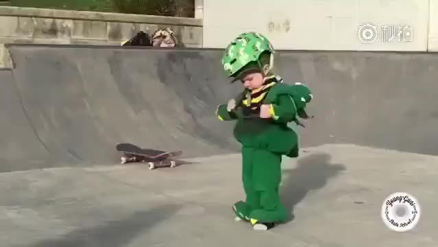 新西兰还不到2岁的宝宝,看见5岁的哥哥在玩滑板……