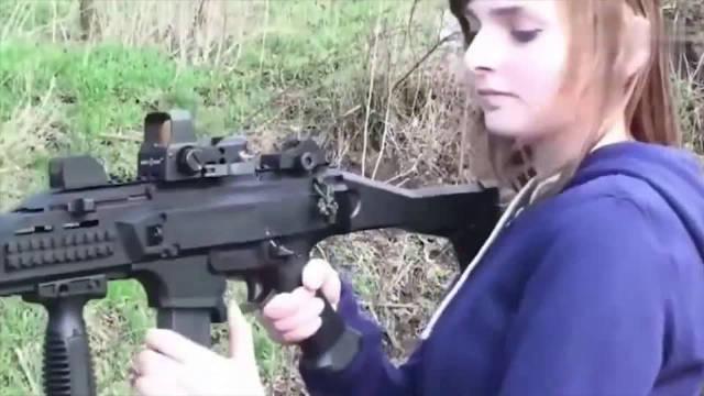 美女把玩冲锋枪,但是我就被她所吸引了,虽然眼镜有点缺陷