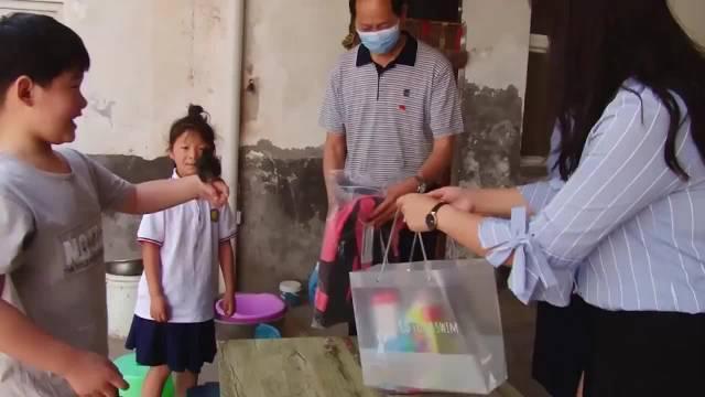 泪奔!老师家访送儿童节礼物 留守儿童与爸爸视频求陪伴