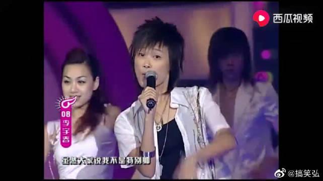 超级女声李宇春台风太稳了,开唱走路都霸气,台下全是尖叫声