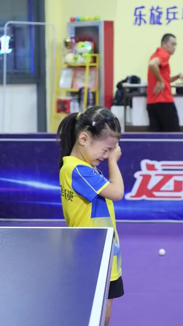 教练提出严厉要求,母亲保持沉默,父亲及时安抚引导和沟通……