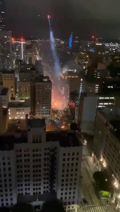 中国网友现场实拍:今晚美国加州洛杉矶空中直升机巡逻