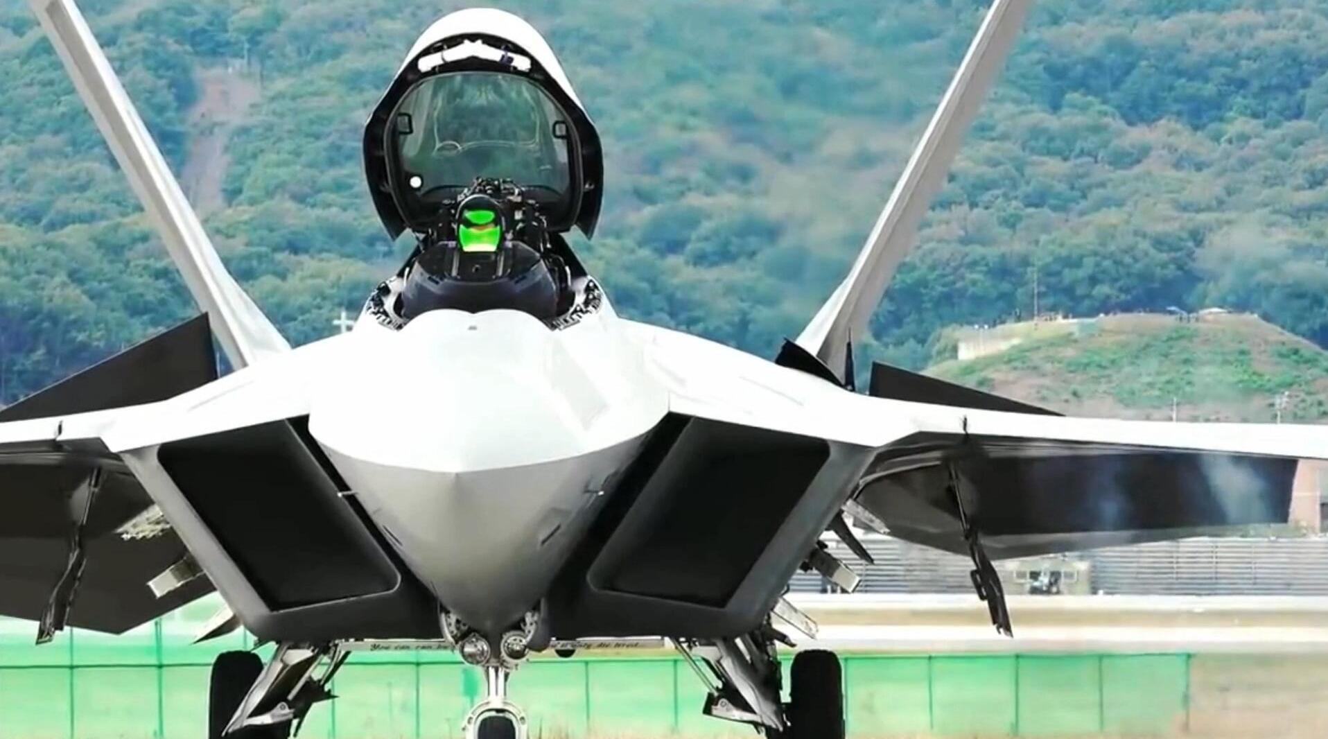 美国F-22战斗机,在韩国首尔进行飞行演示,机动性能是出了名的!