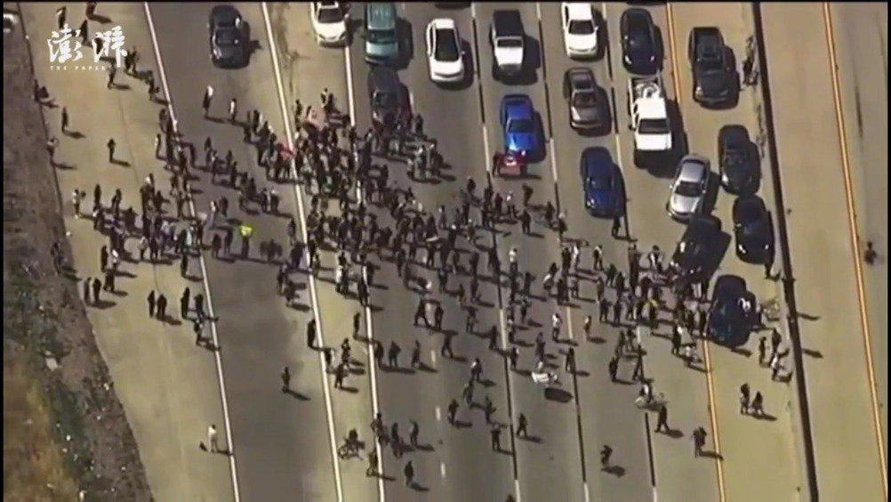 美国抗议人群集结加州高速拦车 五角大楼派军警部队前往明州
