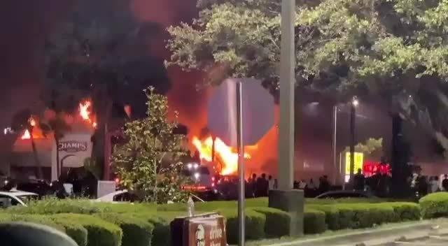美国佛罗里达州坦帕市— 福勒大街上的香榭丽舍体育用品商店被抢