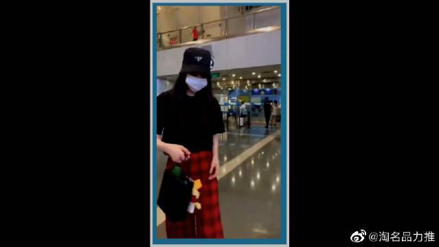 机场偶遇欧阳娜娜,一身穿搭少女范十足,身材高挑很吸睛!