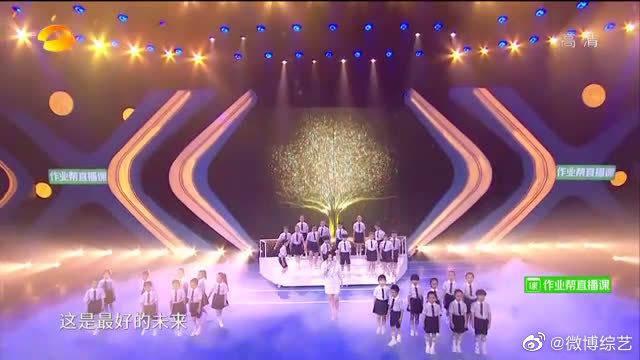 实力歌者@张靓颖 和合唱团共同演唱《最好的未来》……