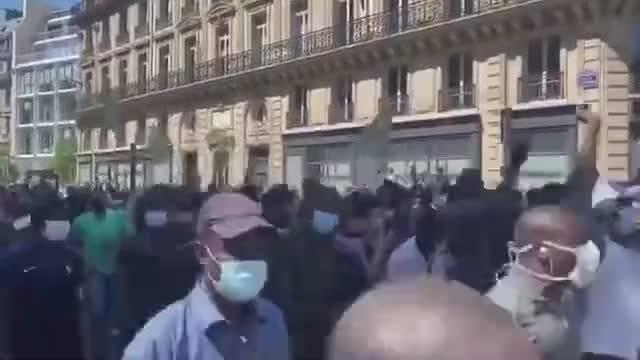 法国巴黎黑人也开始游行,要求无证件移民合法化……