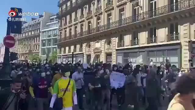 法国巴黎黑人也开始游行,要求无证件移民合法化!