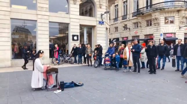 汉服小姐姐用古筝《征服》巴黎市民……