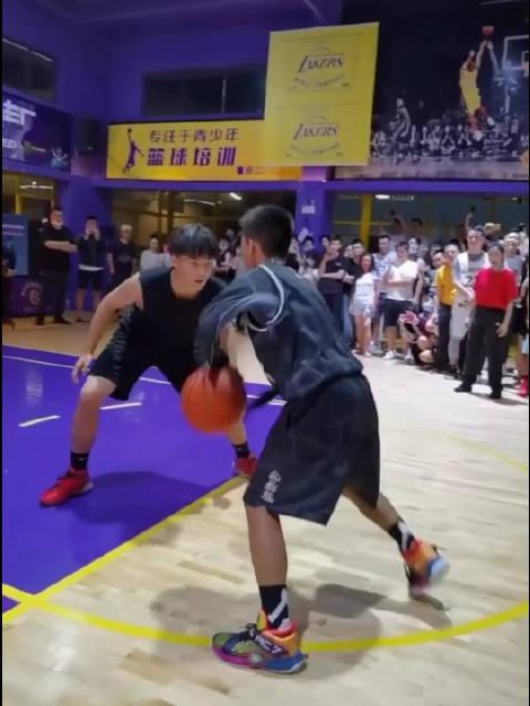 被这位独臂篮球少年震撼到了,运球和速率真的超强!