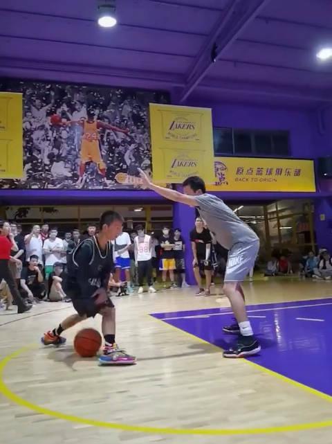 独臂篮球少年的震撼表演!这运球速率,背后得是多少努力付出……