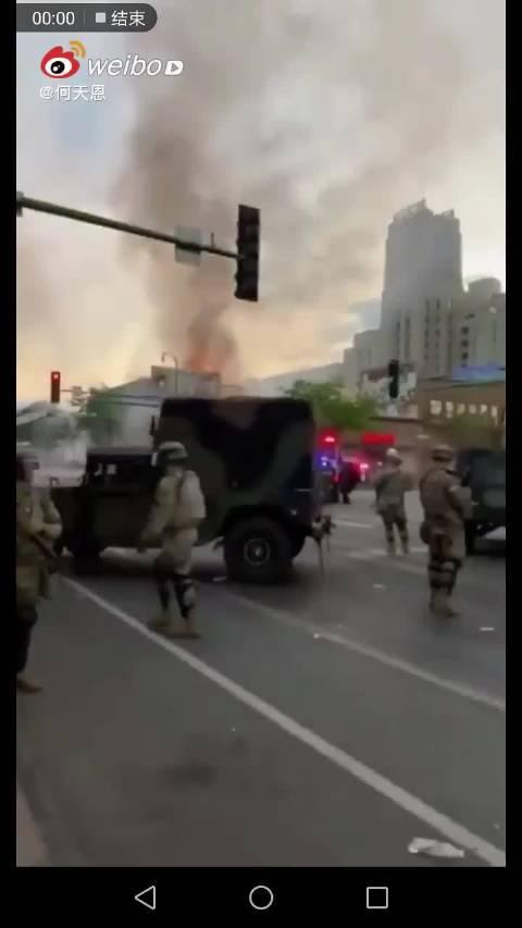 美国大兵持枪接管了城市街道,示威者不见踪影……