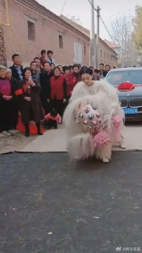 结婚当天,新娘为自己舞狮,当你举起狮头那一刻,你最美