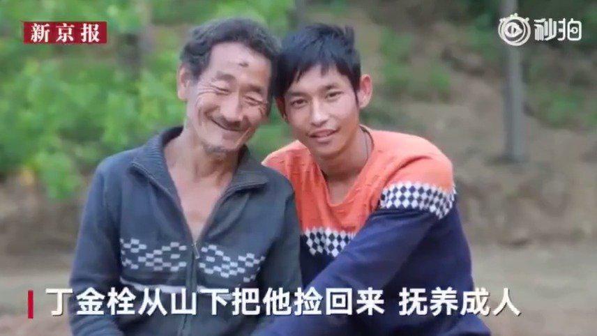 老汉收养残疾弃婴26年后养子双手爬行盖房谢养父恩……