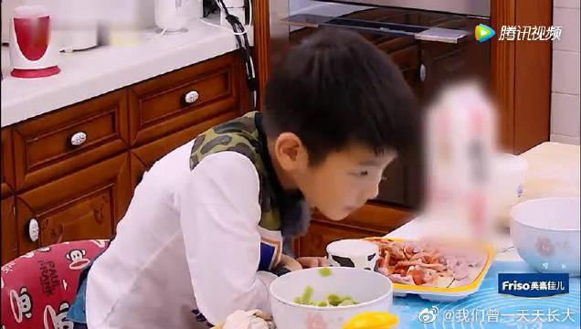 黄圣依小儿子吃饭把碗都盖脸上了……