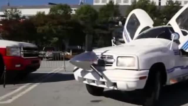 车主想把汽车改装成飞机和游艇,最好海陆空三种方式……